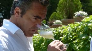 Nicolas Le Tixerant catando uno de sus caldos